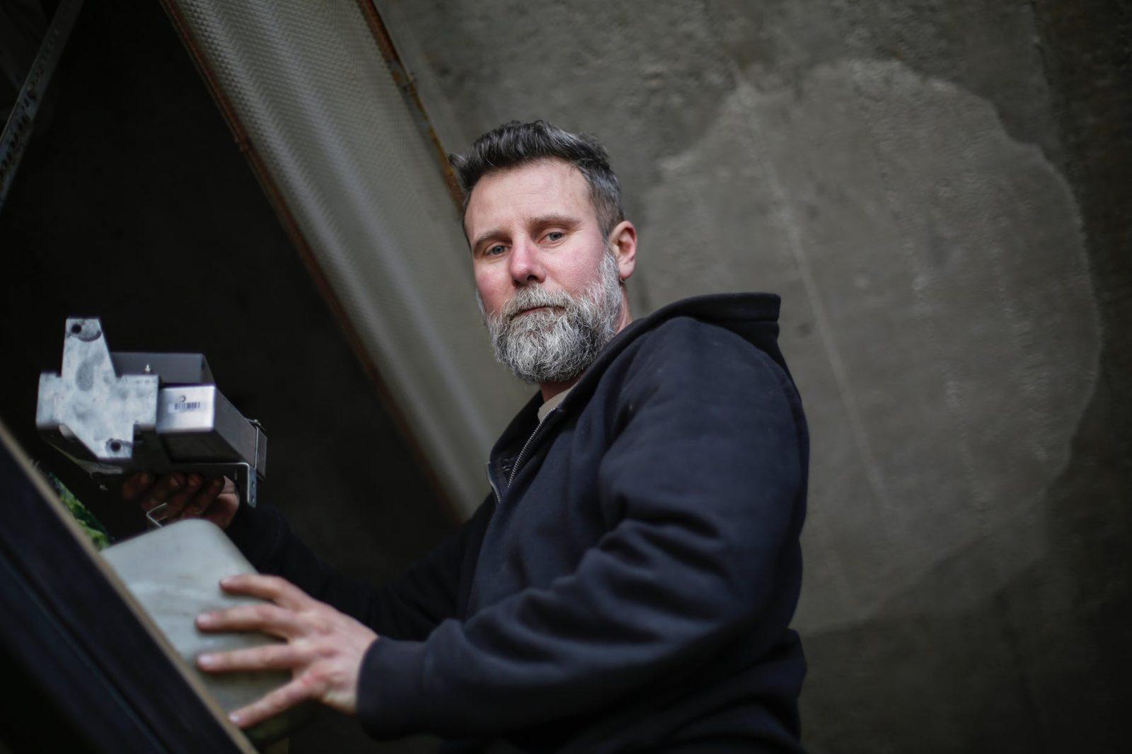 איך גבר בן 37 מרוויח הכנסה נוספת ב- 34,000 $ לשנה – כמארח של Airbnb