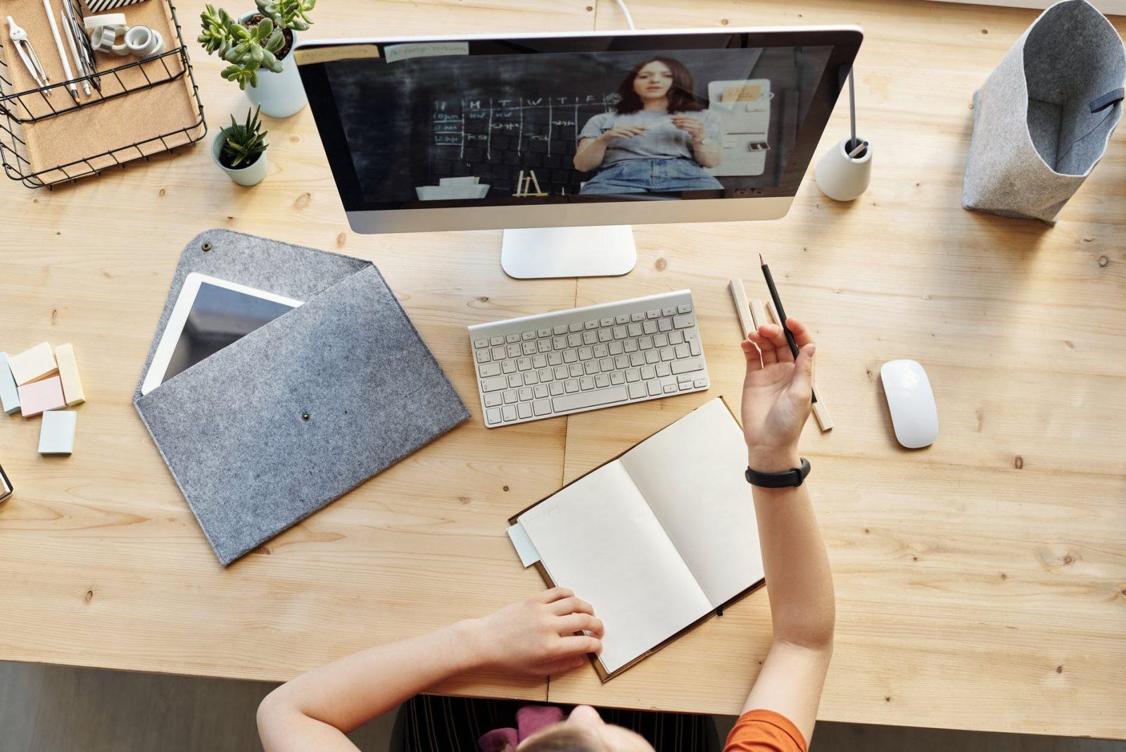 איך להרוויח כסף באינטרנט על ידי בניית קורסים דיגיטליים בנושאי צרכים עסקיים